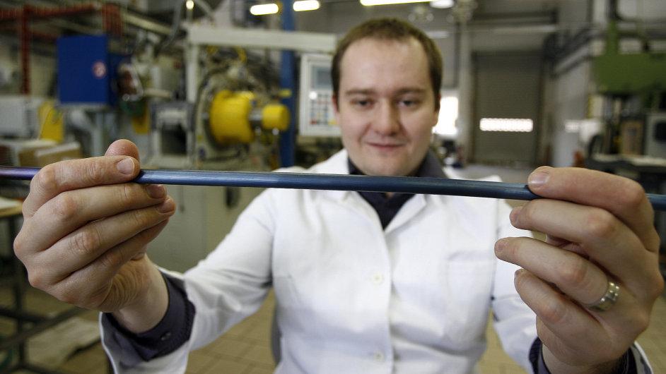 Firma Comtes FHTkovových materiálu a jejich zpracování a výrobě nanostrukturálních materiálů. Na snímku Michal Zemko ukazuje nanomateriál připravený k obrábění