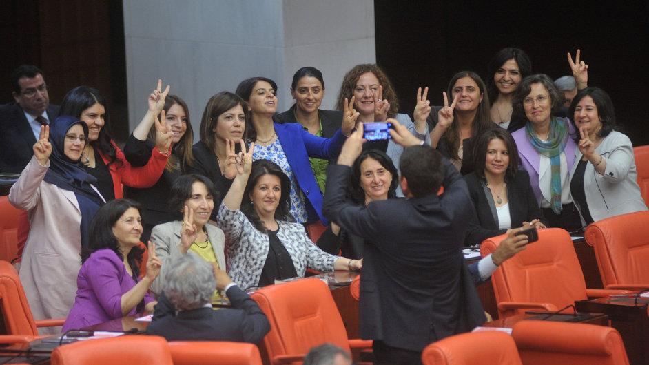 IST08 TURKEY POLITICS 0517 11