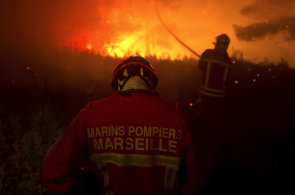 Jih Evropy postihly po��ry, stovky lid� musely opustit sv� domovy. Na Madei�e p�ed plameny prchali i turist�
