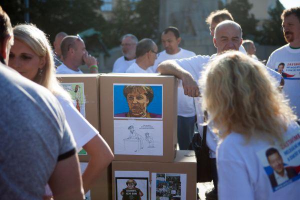 Členové SPD v souvislosti s návštěvou kancléřky Merkelové postaví z papírových krabic symbolickou Němou barikádu. Z použitých krabic pak během dne postaví na Palackého náměstí Veselou zeď s výstavou k