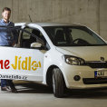 Ředitel Jan Matějů pózuje sjedním ze150 aut, které má DámeJídlo kdispozici. Logistiku mu od letoška dodává vyčleněná dceřiná firma Valk Fleet.
