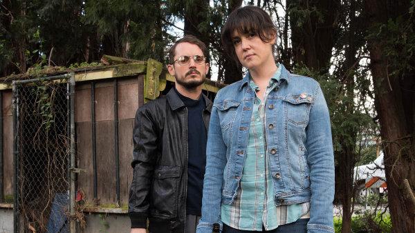 Na snímku z I Don't Feel at Home in This World Anymore jsou hrdinové v podání Melanie Lynskeyové a Elijaha Wooda.