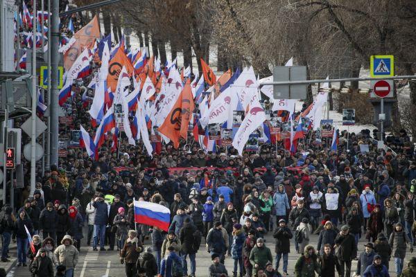Lidé v Moskvě pochodem uctili památku zavražděného opozičního politika Borise Němcova