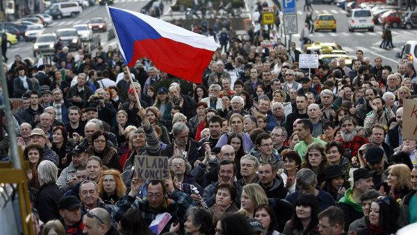 Podle průzkumu agentuy STEM většina lidí v Česku cítí napětí mezi Čechy a cizinci, bohatými a chudými či lidmi s různými politickými názory - Ilustrační foto.