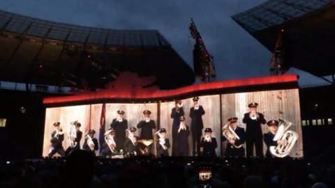 Snímek ze středečního koncertu U2 v Berlíně.
