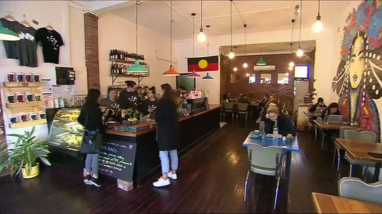 Muži si v kavárně připlatí, protože berou víc. V Austrálii kuriózně vyvažují rozdíly v odměňování