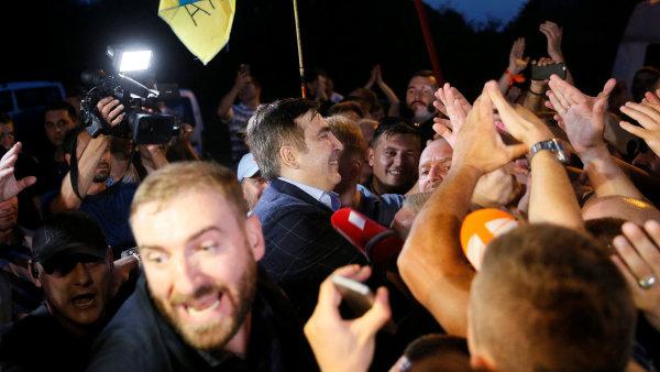 Gruzínský exprezident Saakašvili obklopen svými podporovateli.