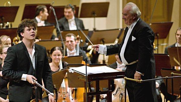 Jan Mráček (vlevo) nehraje a nepůsobí odtažitě, s hudbou nezápasí ani na pódiu nebojuje o přízeň publika. Tu v té chvíli prostě už má.