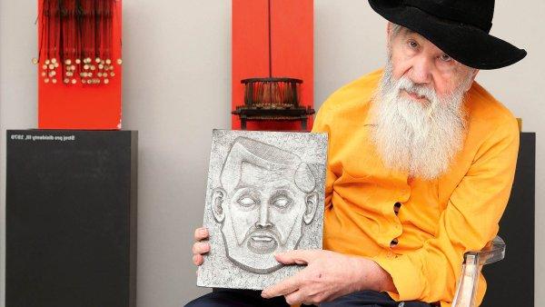 Výtvarník Milan Beránek se svým autoportrétem