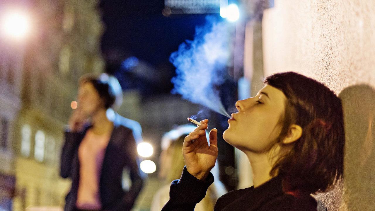 Za poklesem míry užívání návykových látek může být také to, že mladí chodí večer méně často za zábavou a více času tráví doma v online prostoru. Ilustrační foto.