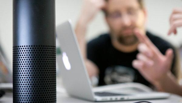 Zatímco člověk poslouchá orchestr, virtuální asistenti Siri nebo Alexa ho mohou okrást, varují vědci.