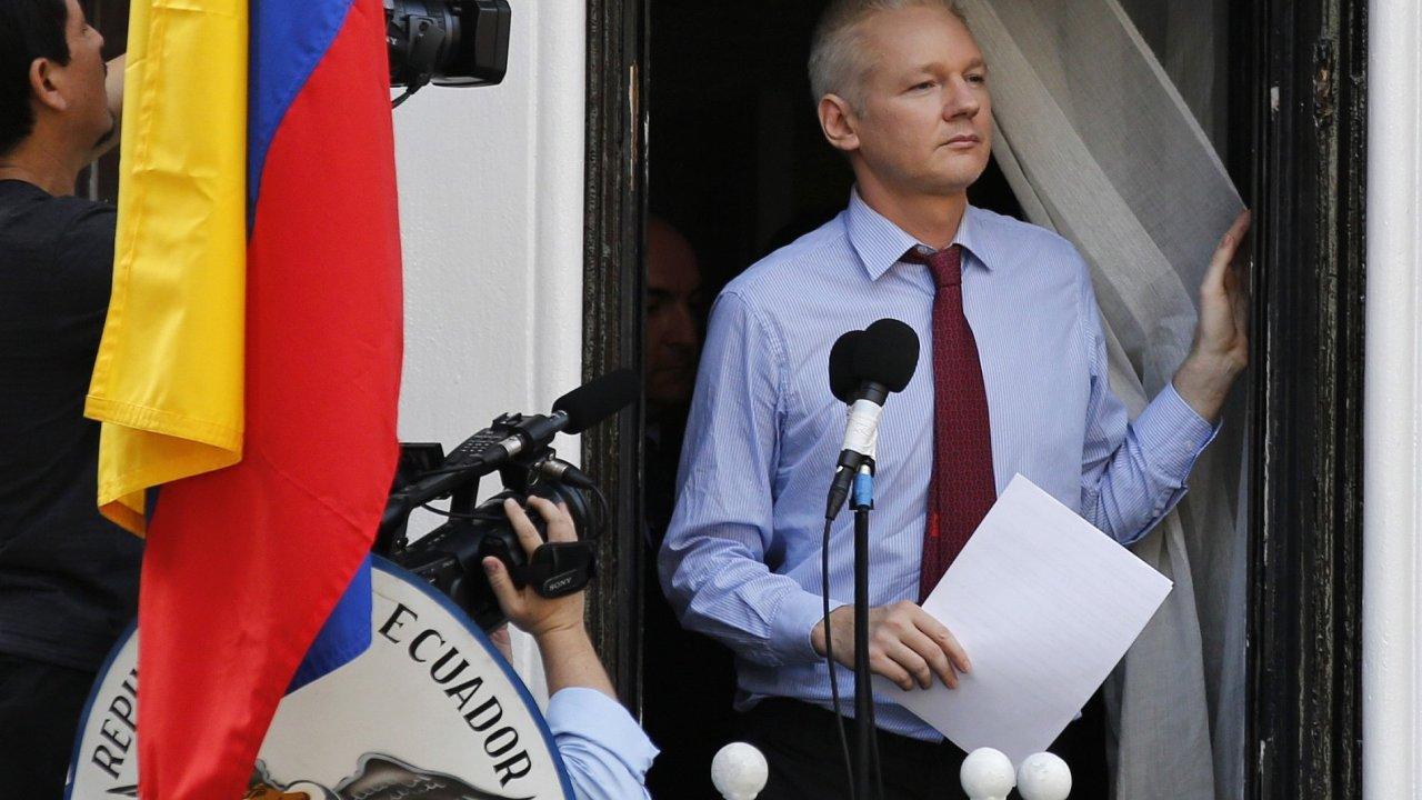 Julian Assange na balkoně ekvádorské ambasády