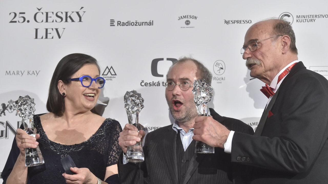Zleva cenu za nejlepší ženský výkon v hlavní roli převzala Zuzana Kronerová, za režii Bohdan Sláma a za nejlepší mužský výkon v hlavní roli Pavel Nový, všichni za film Bába z ledu.