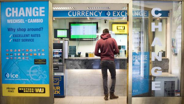 Na směnárny se často snáší kritika jejich nevýhodných směnných kurzů a přemrštěných poplatků.