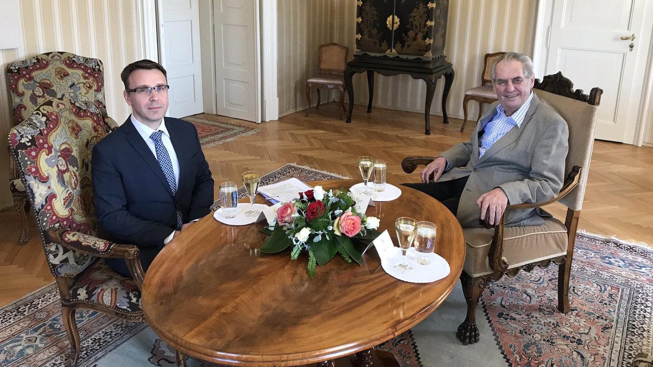 Kandidát na ministra dopravy Kremlík přijel do Lán za Zemanem.