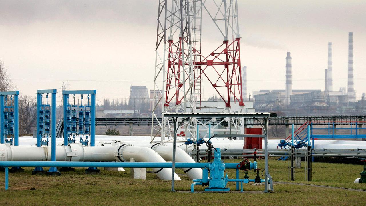 Dodávky přes běloruský Gomel: ropovod Družba se vBělorusku dělí nadvě větve - severní vede doPolska aNěmecka, jižní přes Ukrajinu doMaďarska, naSlovensko adoČeska.