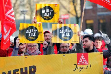 Odborová organizace IG Metall se zalidi vprůmyslu staví asnaží se zabránit propouštění idemonstracemi.