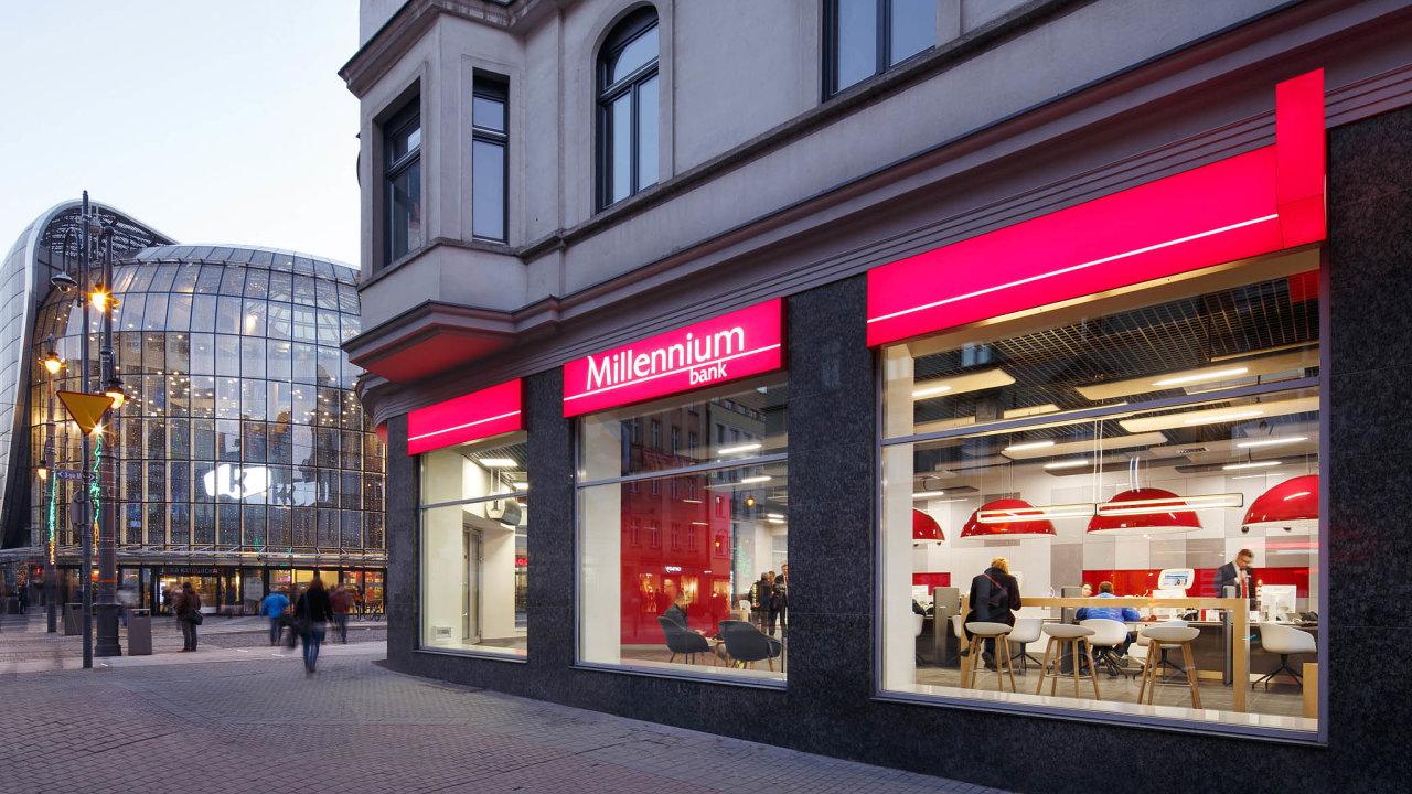 Zpolských bank mají hypotéky vešvýcarských francích největší podíl naposkytnutých úvěrech vBank Millennium. Její akcie odkonce dubna ztratily 32 procent.