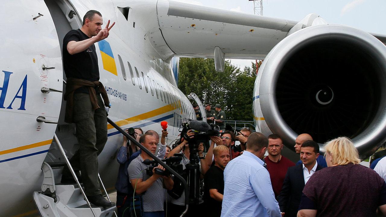 Ukrajinský režisér Oleh Sencov, který byl v Rusku vězněn za údajný terorismus, vystupuje z letadla po návratu do Kyjeva.