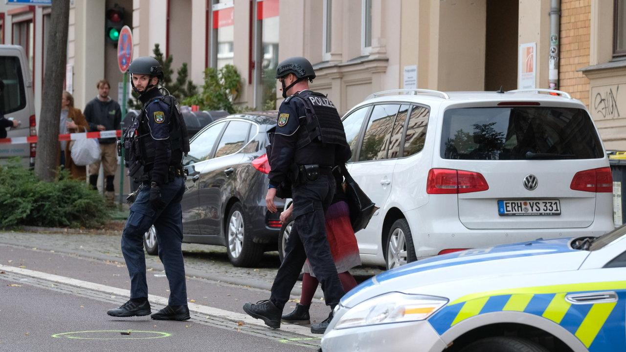 Dva lidé podle policie zemřeli při střelbě v Halle.