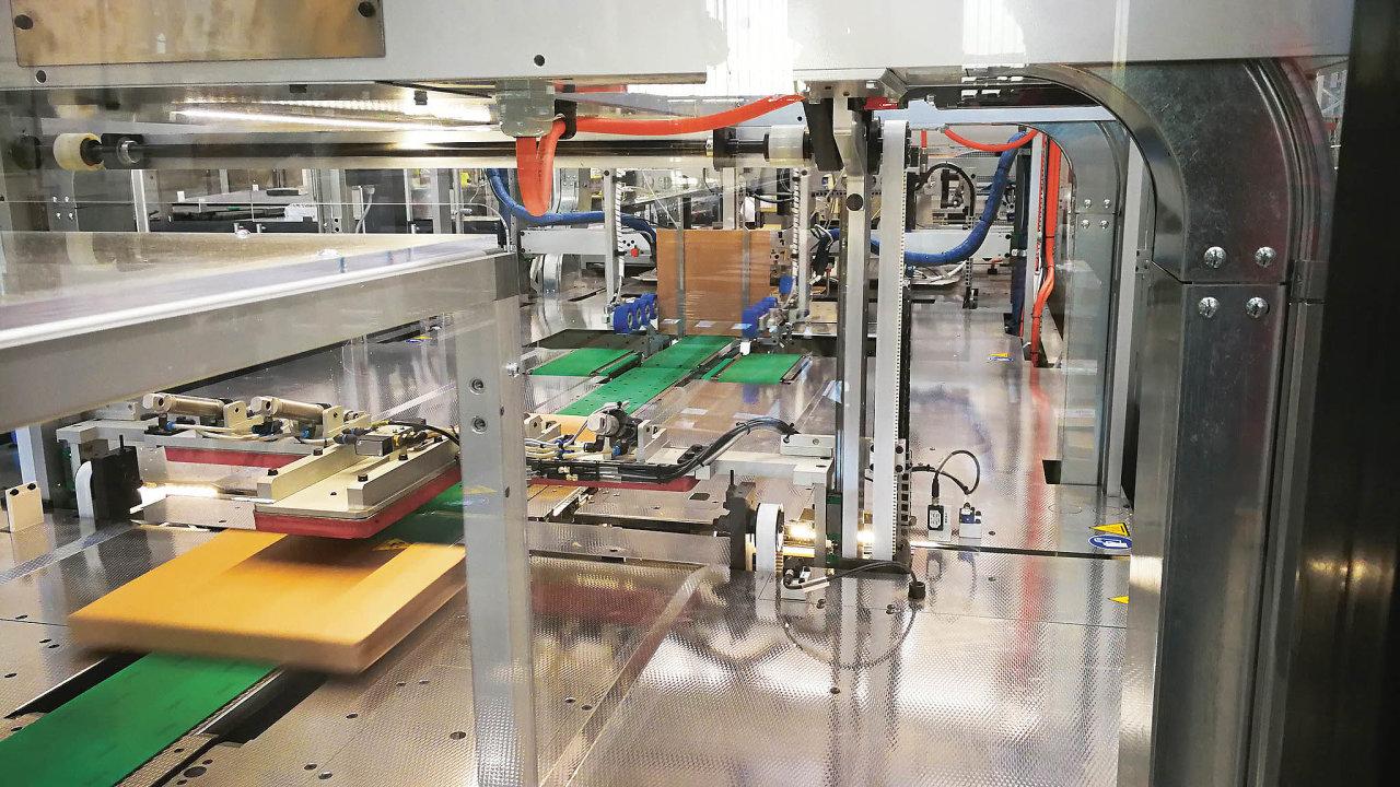 Automatická linka tvoří obal přesně podle rozměrů zboží, firma tak ušetří nejen nalidské práci, ale inaobalovém materiálu.