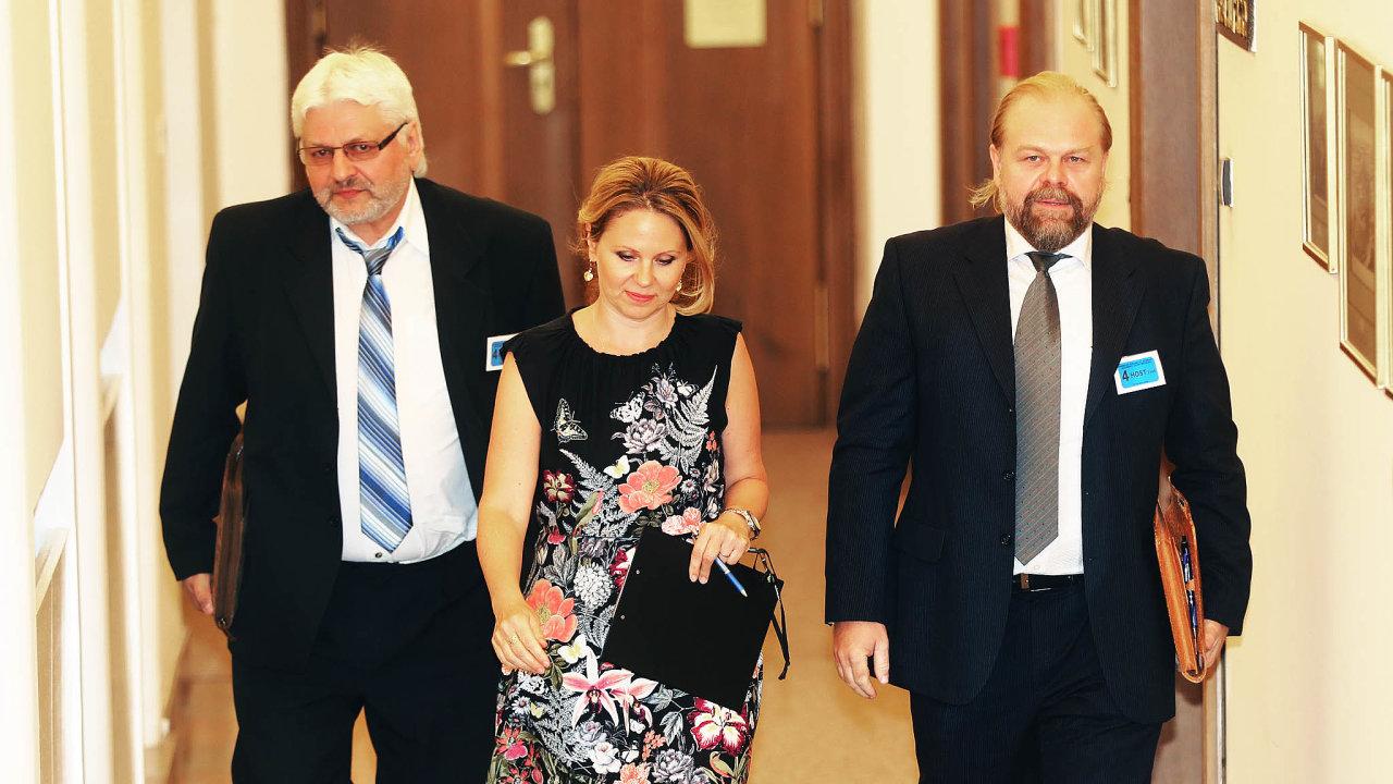 Vpravo státní zástupce Jaroslav Šaroch, vlevo detektiv Pavel Nevtípil, který případ vyšetřoval. Podle informací serveru seznam.zpravy.cz se bude kauzou zabývat nadále.