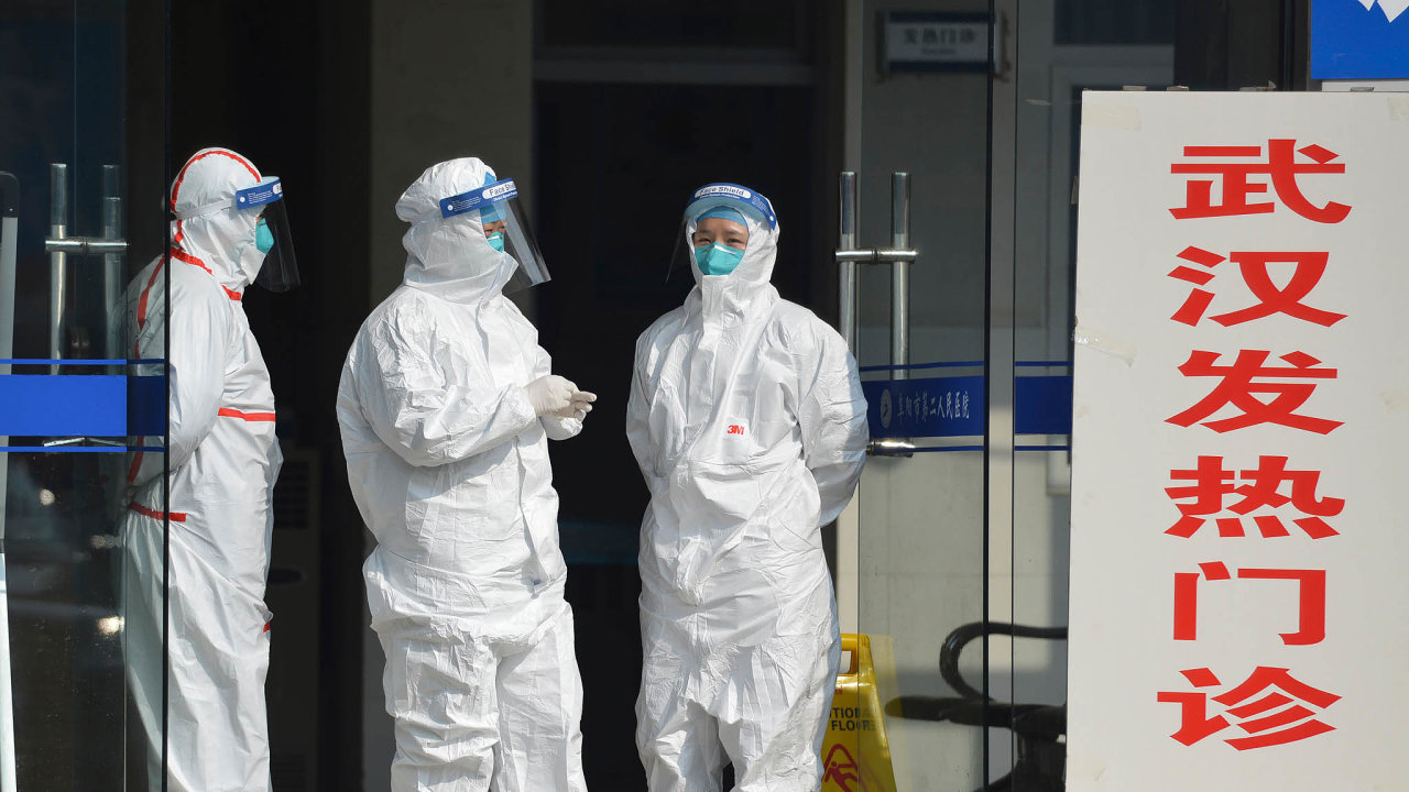 Přísné kontroly. Zdravotníci v čínském městě Fu-jang čekají příjem několika lidí z Wu-chanu, odkud se začal šířit nový koronavirus.