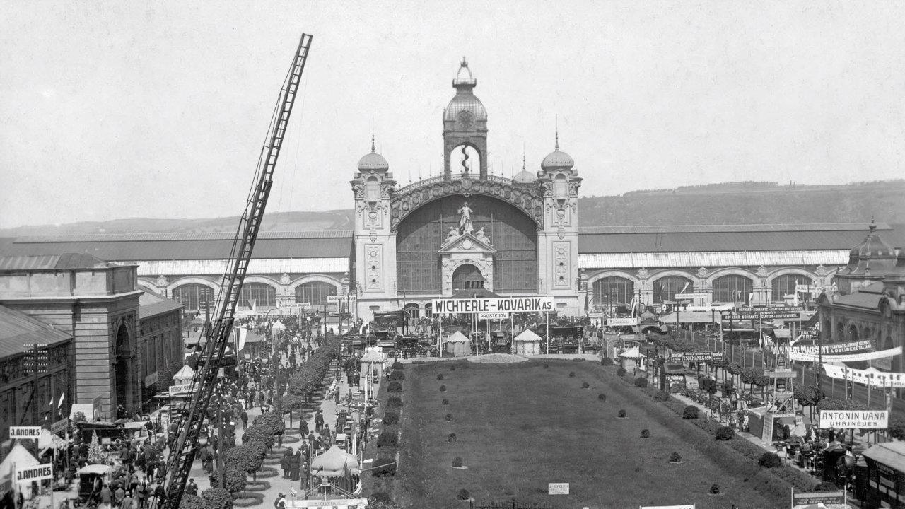 Produkt integrace. Výstaviště vzniklo díky ukázkovému spojení Holešovic sPrahou. Na snímku Staré výstaviště v Praze, kde se v květnu 1921 konala hospodářská výstava.