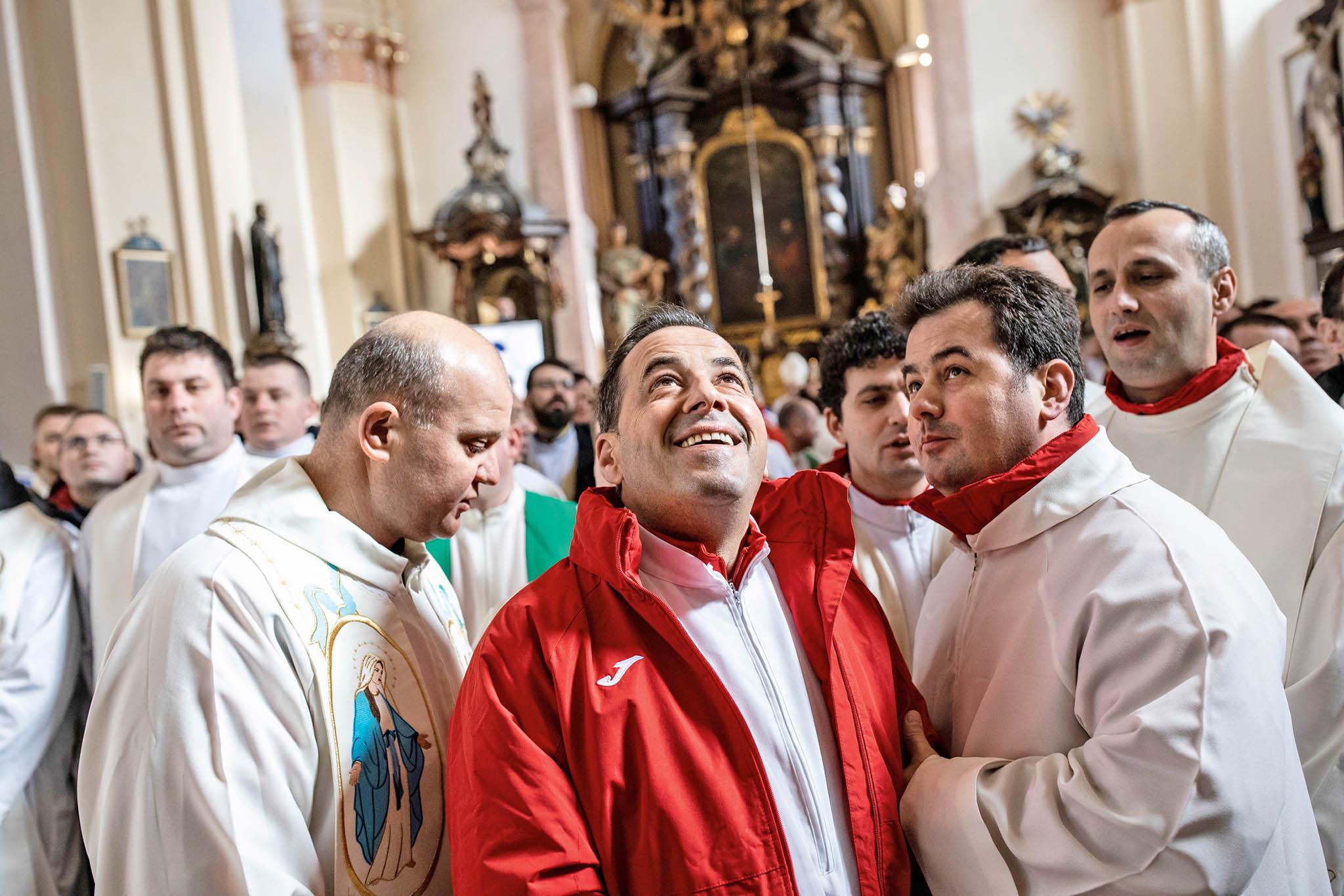 Vyšší síly tomu chtěly, aby se evropský šampionát v sálovém fotbalu kněží letos konal poprvé vČesku. Zahájila ho mše v kostele v Říčanech.