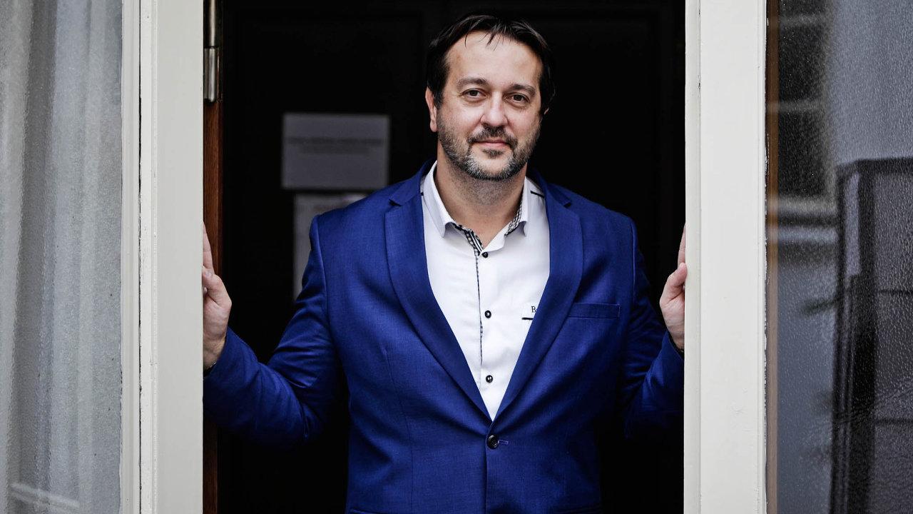 Epidemiolog Rastislav Maďar vede odborný tým Karanténa, který ministrovi zdravotnictví Adamu Vojtěchovi (zaANO) radí suvolňováním protiepidemických opatření.