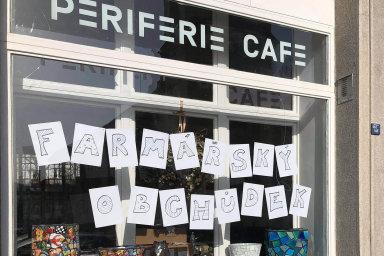 Zkoušejí nový byznys. Kavárna Periferie vpražském Braníku se vdobě vynuceného uzavření proměnila vefarmářský obchod.