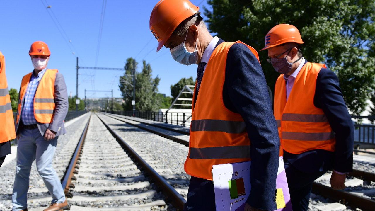 Premiér Andrej Babiš (ANO) a ministr průmyslu, obchodu a dopravy Karel Havlíček (za ANO) si prohlédli rekonstruovaný Negrelliho viadukt v Praze.