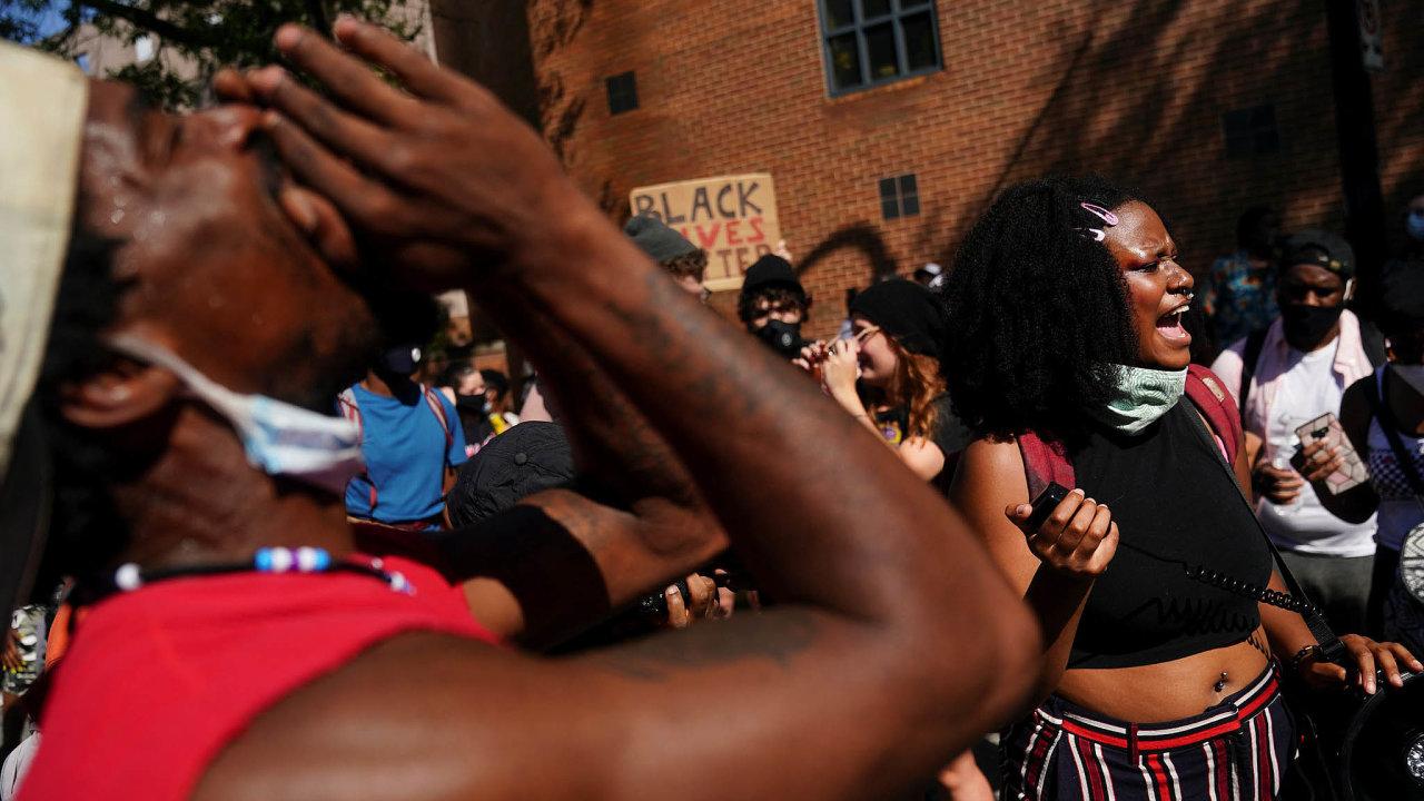 Policisté zasahovali o víkendu v americkém městě Atlanta během demonstrace proti rasismu. Násilné protesty znovu zažehlo zastřelení sedmadvacetiletého Afroameričana Raysharda Brookse.