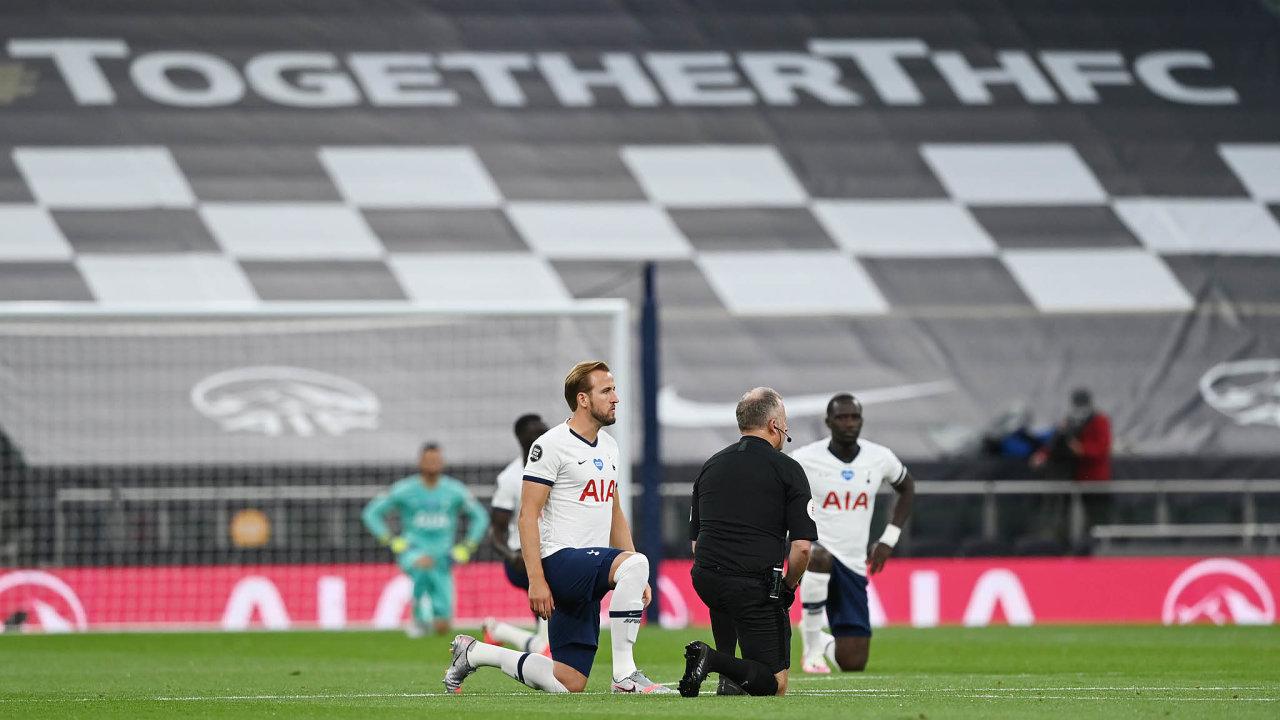 Časy se mění. Pokleknutí jako výraz solidarity shnutím Black Lives Matter vPremier League– vpodání hráčů Tottenhamu Hotspur před zápasem proti Manchesteru United 19. června. Dohodnuto předem apovoleno.