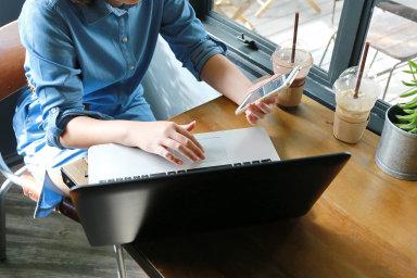 Někdy stačí kliknutí. Uzavírání smluv elektronicky (e-mail, aplikace) by mělo být možné azároveň bezpečné aprůhledné.