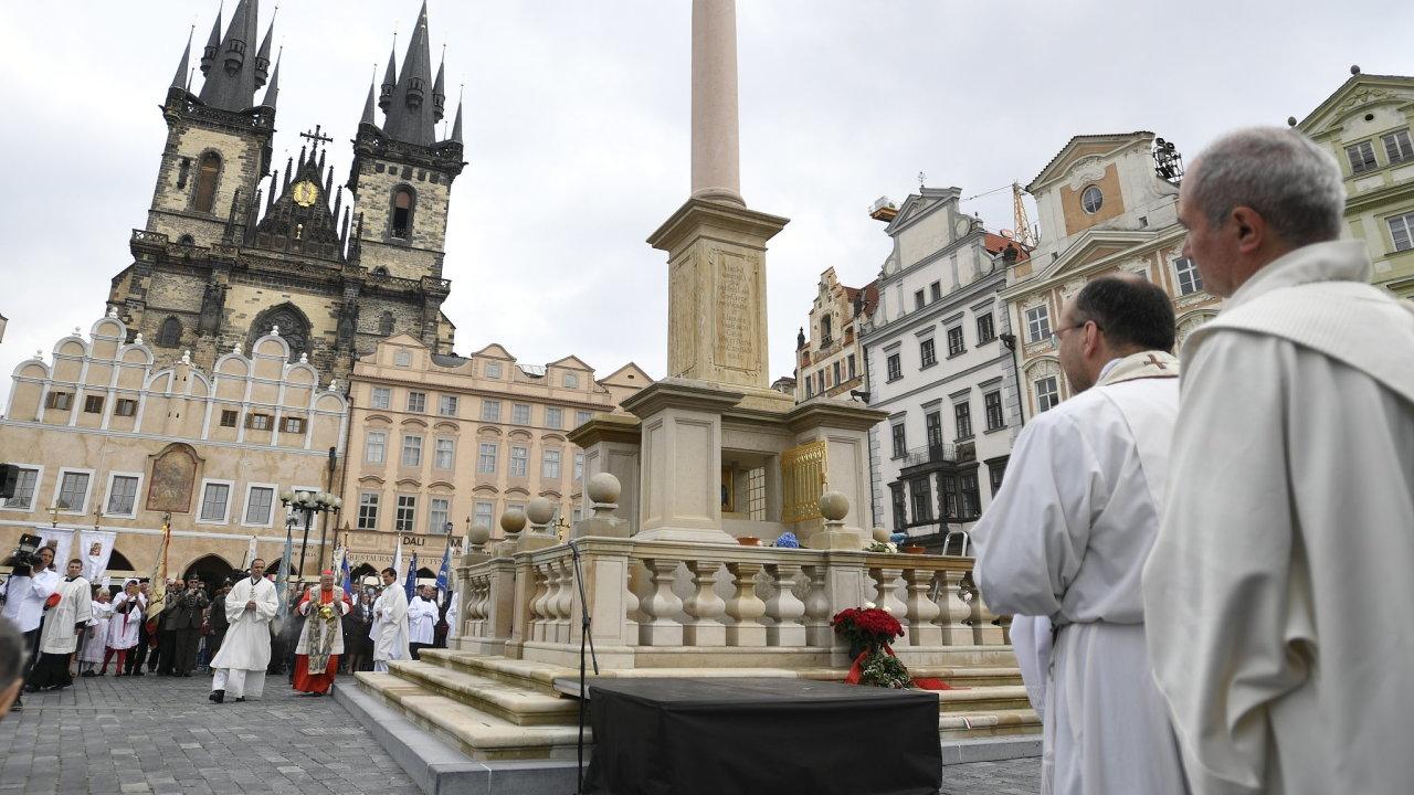 Pražský arcibiskup Dominik Duka požehnal mariánský sloup, který se po 102 letech vrátil na Staroměstské náměstí v Praze.