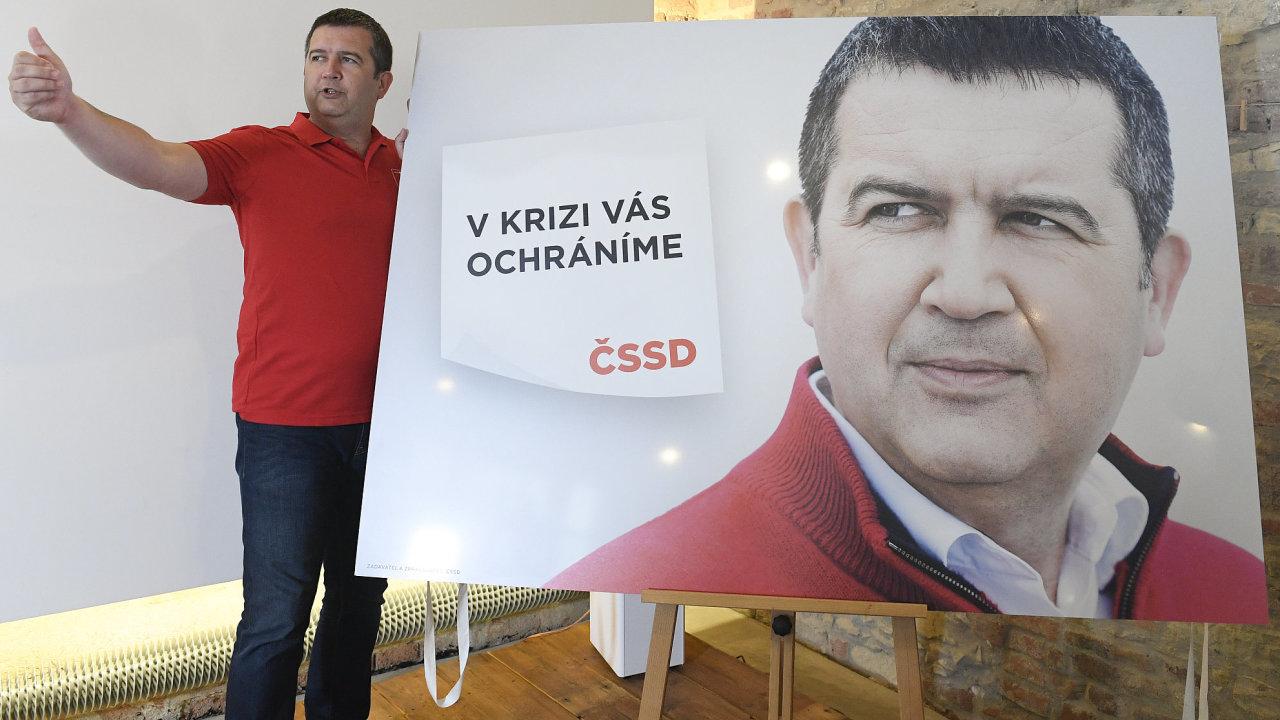 Jan Hamáček a jeho ČSSD jdou do kampaně se svým už typickým červeným svetrem.