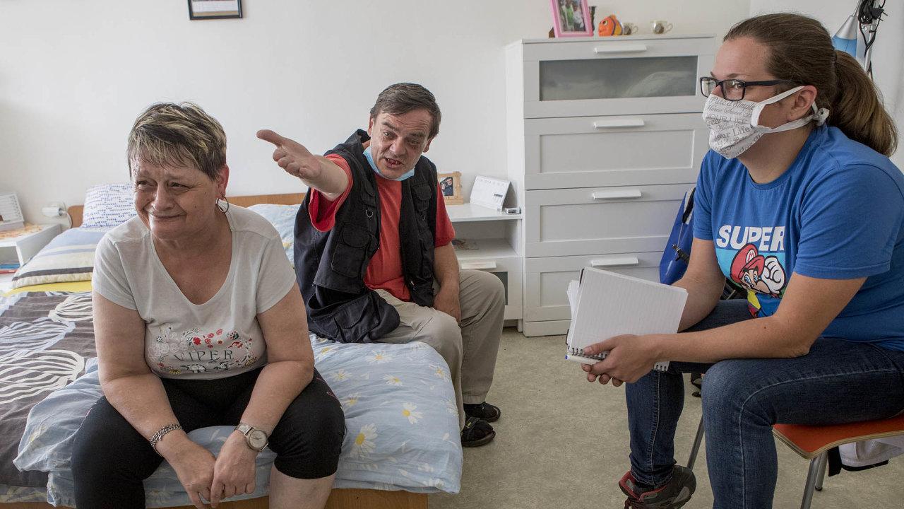 Zdeňka Barbora Jungrová aPetr Čermák si společné bydlení zkouší přímo ve Svojšicích. Na návštěvě u nich je Markéta Blahetková, vedoucí rozvojového týmu.