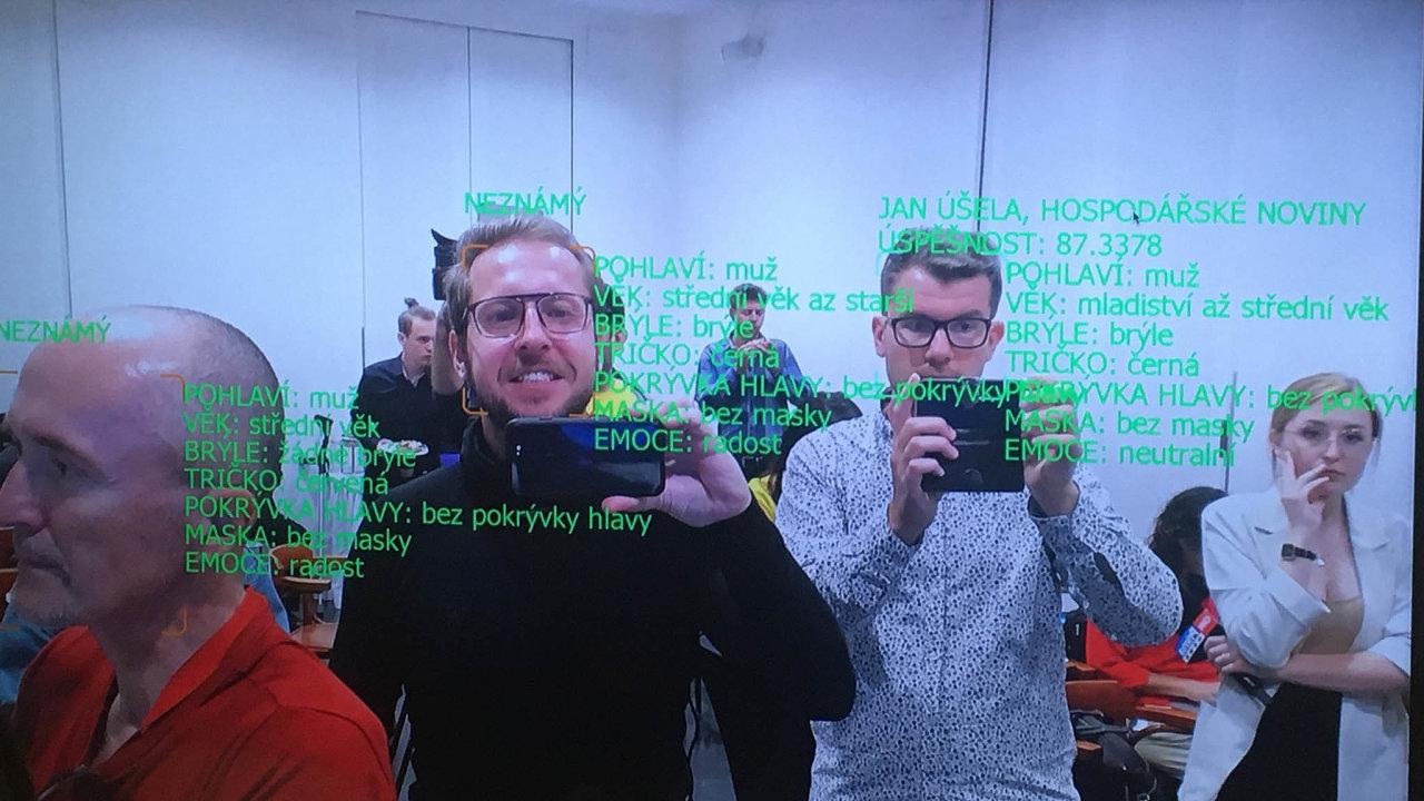 Víme, kdo jste. Umělá inteligence firmy Cogniware umí zkamerového záznamu vyčíst identitu daného člověka. Stačí jí, když má předem kdispozici snímek jeho obličeje.
