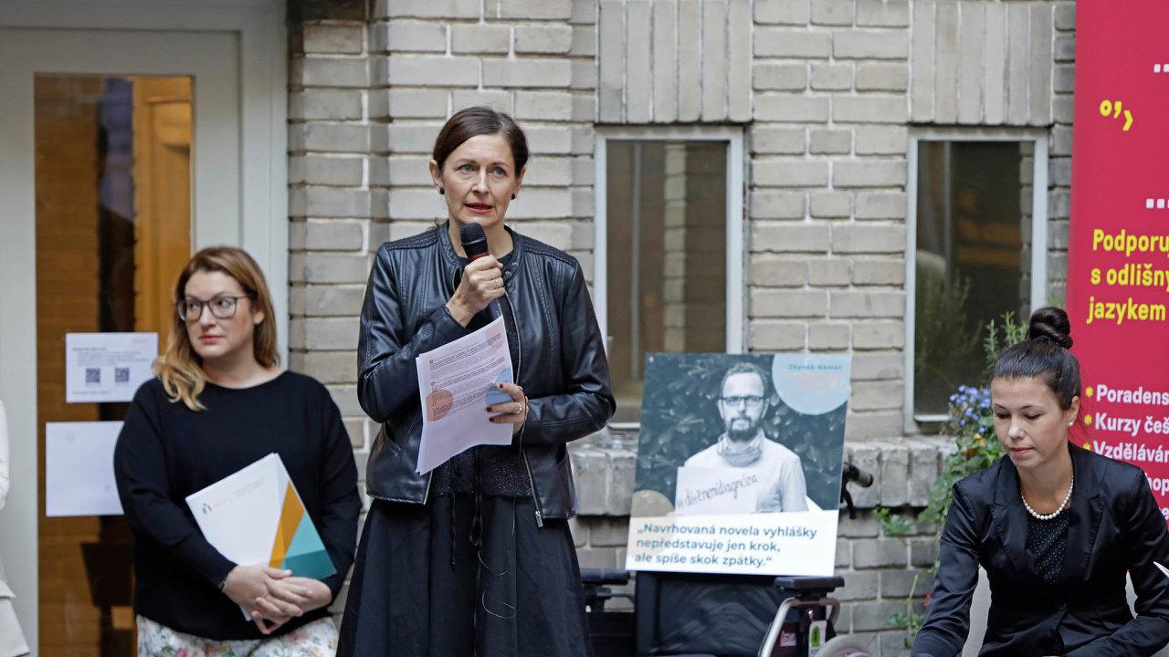 Zavzdělávání pro všechny: Setkání kritiků ministerské novely vedla Klára Laurenčíková zČeské odborné společnosti zainkluzivní vzdělávání.