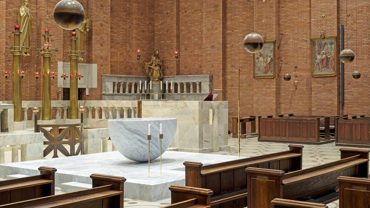 Kostel Nejsvětějšího Srdce Páně odJosifa Plečnika snovým oltářem odJosefa Pleskota a Norberta Schmidta, kde se často zastavuji.
