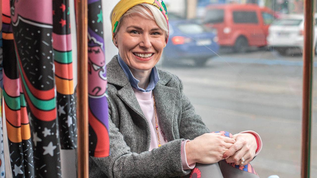 """""""Když neposlouchám ticho, frčím si nasluchátkách AirPods Pro na podcastech,"""" říká ilustrátorka a módní návrhářka Petra Bartoňková."""