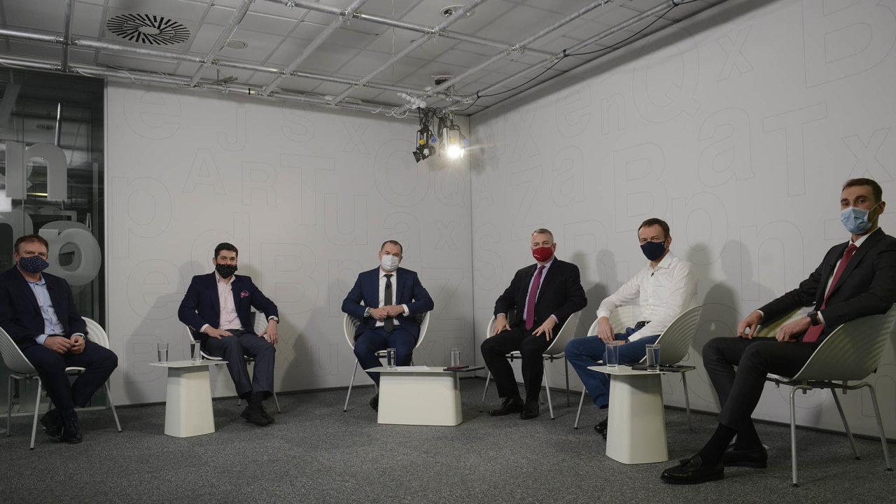 O dopadech pandemie na české bankovinctví a pojišťovnictví debatovali zleva: Martin Diviš), Jaroslav Besperát, Jiří Doubravský, Jakub Strnad a Jiří Havrlant.
