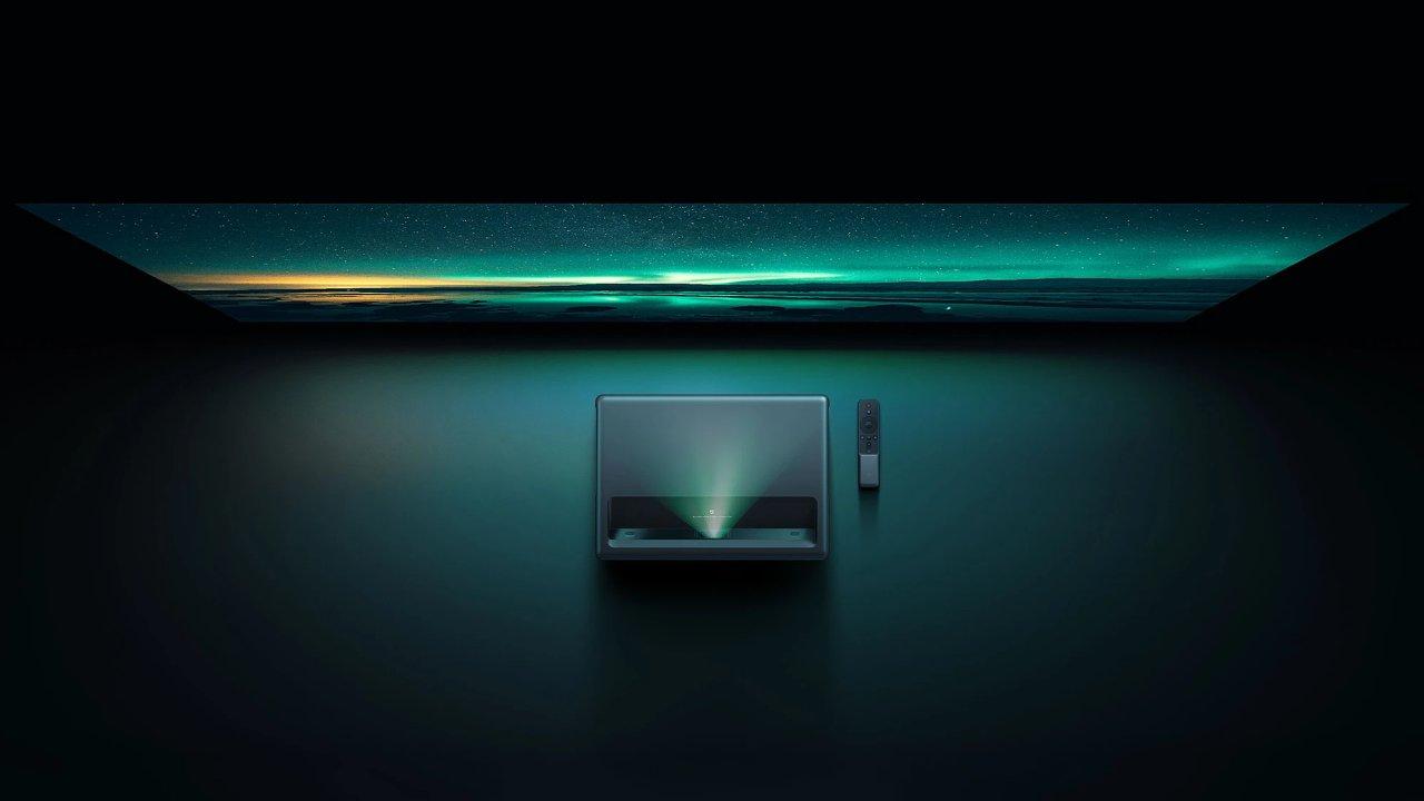 Projektor od Xiaomi na půl metru od zdi vykouzlí kino.