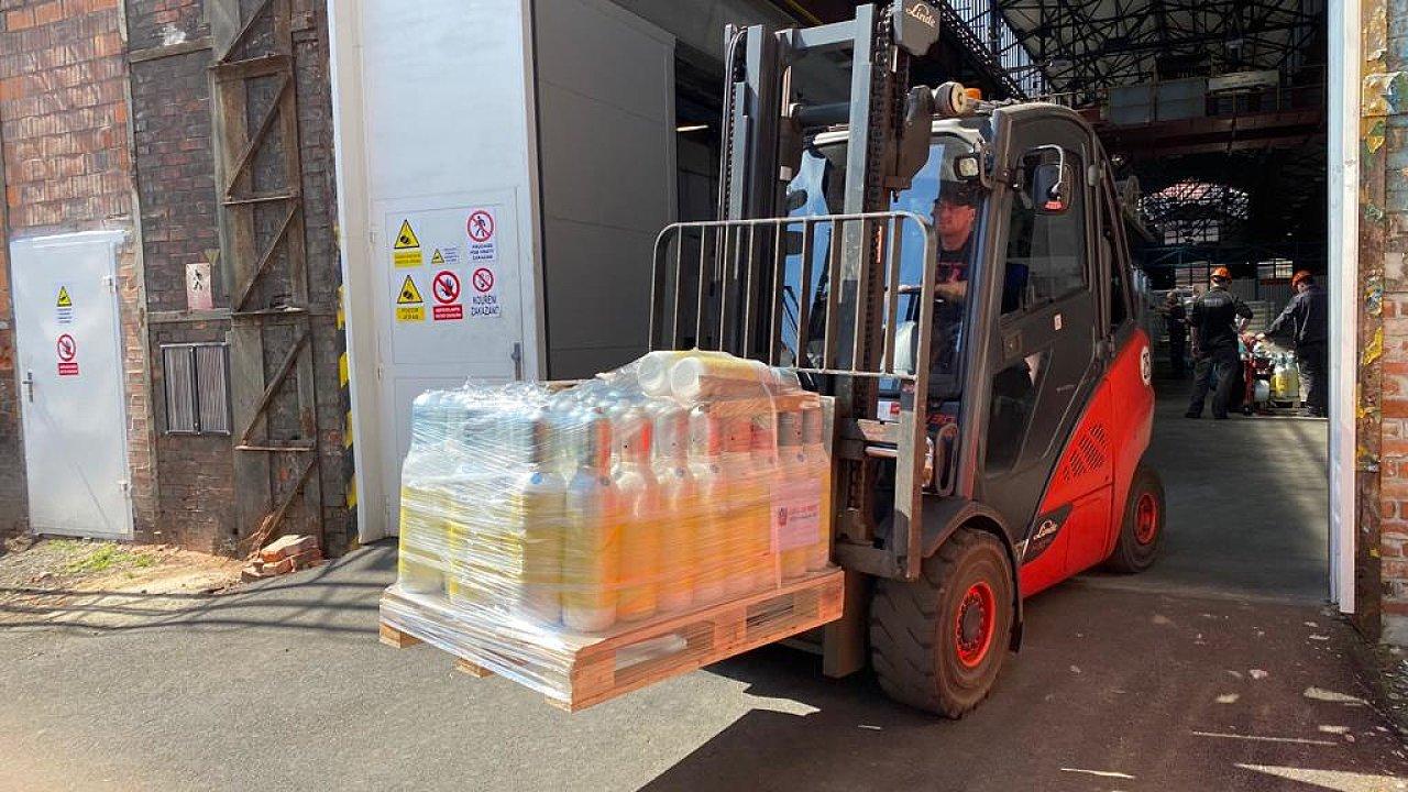 Lahve na medicinální kyslík naskládané na 12 paletách přepravili hasiči nákladním vozem na vídeňské letiště Schwechat.