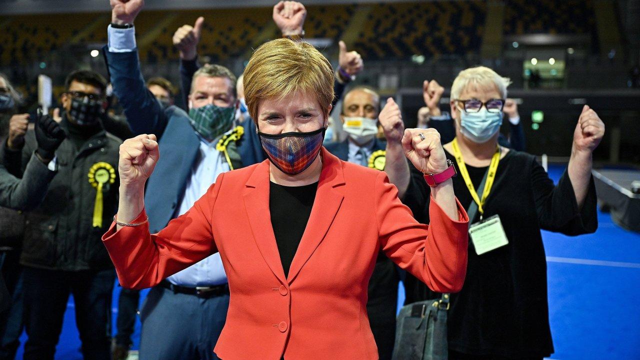 Skotská národní strana Nicoly Sturgeonové je rozhodnutá prosadit si u britského premiéra další referendum o nezávislosti Skotska.