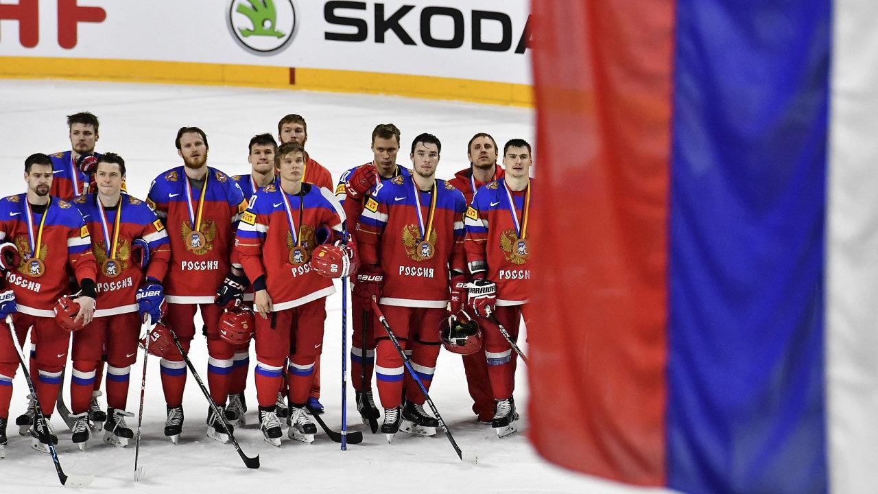 Na posledním mistrovství světa v hokeji před dvěma lety vybojovali Rusové bronz, stejně jako v roce 2017 (na snímku). Hrála jim k tomu státní hymna. Letos v Rize je čeká Čajkovského koncert.