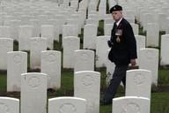 Kanadský veterán u hrobů vojáků ve Francii