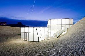Muzeum surfingu je ukryto pod vlnami a na střeše má bazén pro skateboardisty