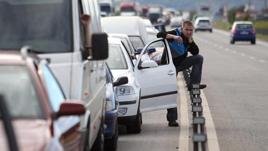 Kolona aut u Jičína